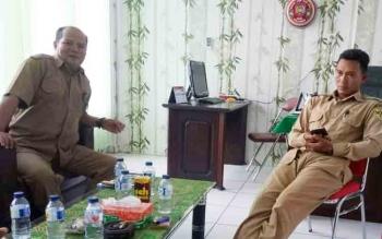 Kepala Dinas Pertanian dan Ketahanan Pangan Kabupaten Gumas Kardinan (kiri) memberikan keterangan kepada wartawan, Selasa (11/12/2017)