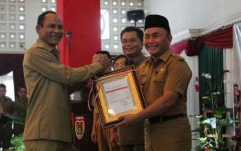 Bupati Gunung Mas, Arton S Dohong menerima DIPA dari Gubernur Kalteng Sugianto Sabran, Senin (11/12/2017)