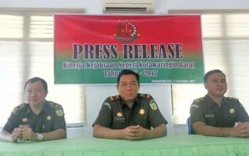 Kajari Pangkalan Bun Bambang Dwi Murcolono (tengah) dakam kegiatan pers rilis kinerja Kejari Pangkalan Bun 2017
