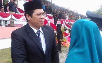 Wakil Ketua DPRD Kotim Parimus saat menghadiri pelantikan kepala desa di Stadion 29 November, Sampit, Senin (11/12/2017).