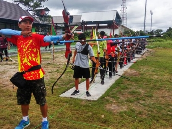 Puluhan atlet panahan sedang berlatih bersama sebelum Kejuaraan Panahan Isen Mulang Open 2017.
