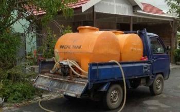 Warga terpaksa membeli air bersih yang dijual menggunakan mobil lantaran distrubusi air dari PDAM Dharma Tirta, Sampit, macet dalam dua pekan terakhir.