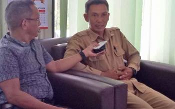 Kepala Seksi Pengembangan Lahan dan Irigasi Dinas Pertanian dan Ketahanan Pangan Kabupaten Gunung Mas Imanuel Rajani memberikan keterangan kepada wartawan, Senin (11/12/2017).