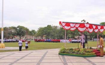 Gubernur Sugianto Sabran saat menjadi inspektur upacara peringatan Hari Guru Nasional dan HUT ke-72 PGRI di halaman kantor Gubernur Kalteng, Senin (11/12/2017).