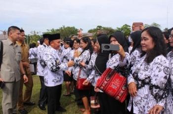 Gubernur Kalteng Sugianto Sabran menyalami guru seusai upacara peringatan Hari Guru Nasional dan HUT ke-72 PGRI, Senin (11/12/2017).