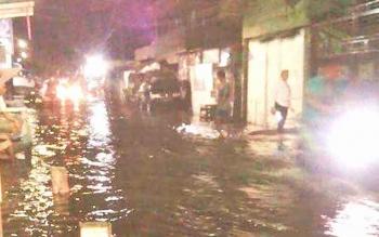 Kondisi Banjir di Kabupaten Kapuas salah satunya akibat dari ulah oknum masyarakat yang membuang sampah sembarangan.