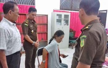 Lilis Suryani tersangka kasus korupsi saat memasang rompi tahanannya di Kejari Kotim.