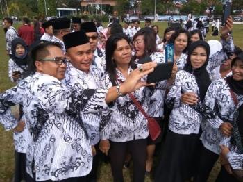 Gubernur Sugianto Sabran swafoto dengan para guru seusai upacara Hari Guru Nasional di halaman kantor gubernur Kalteng, Kota Palangka Raya, Senin (11/12/2017).