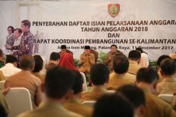 Gubernur Sugianto Sabran saat penyerahan DIPA yang disaksikan seluruh camat se Kalteng di Istana Isen Mulang, Kota Palangka Raya, Senin (11/12/2017).