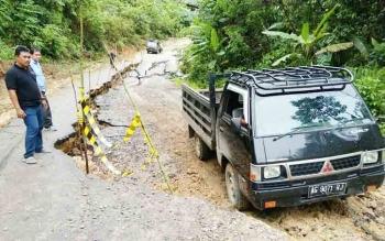 Beginilah kondisi jalan yang longsor di Simpang Jingah-Benangin, Kabupaten Barito Utara, Selasa (12/12/2017)