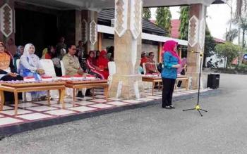 ketua TP PKK barito Utara, Hj Sri Hidayati Nadalsyah saat menyampaikan sambutan dan berfoto bersama pada kegiatan pelepasan tim drumbandd MIN 1 Muara Teweh untuk mengikuti event Borneo Marching day 5 festival di Banjarmasin.