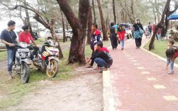 Masyarakat saat berkunjung di Pantai Tanjung Nipah yang baru diresmikan oleh Bupati Sukamara Ahkad Dirman.