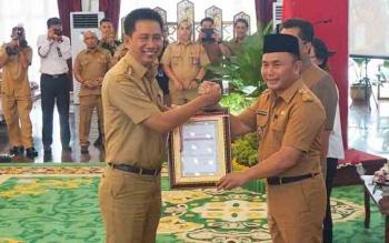 Bupati Barito Utara, H Nadalsyah saat menerima DIPA dari Gubernur Kalimantan Tengah, H Sugianto Sabran