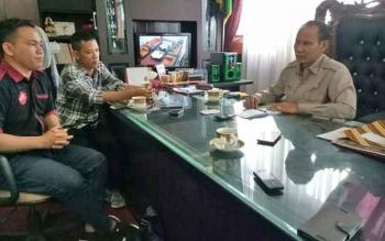 Bupati Gunung Mas, Arton S Dohong memberikan keterangan kepada wartawan