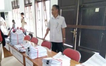 Tumpukan berkas bukti dukungan calon perseorangan saat verifikasi administrasi di KPU Lamandau, beberapa waktu lalu.