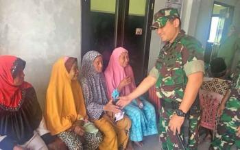 Dandim 1014 Pangkalan Bun Letkol Inf Wisnu Kurniawan bersama warga Desa Teluk Bogam saat kegiatan bakti sosial
