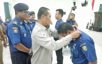 Staf Ahli Wali Kota Palangka Raya Supriyanto menyematkan tanda peserta kepada anggota Damkar yang mengikuti pembekalan dan pelatihan singkat penanggulangan kebakaran dan penyelamatan, Selasa (12/12/2017).