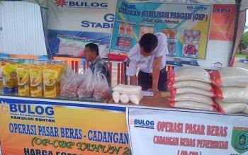 Outlet operasi pasar di depan kantor Bulog Buntok, Kabupaten Barito Selatan.