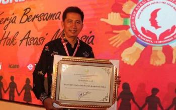 Bupati Barito Utara Nadalsyah menerima piagam penghargaan kabupaten peduli HAM dari Kemenkumham, Minggu (10/12/2017).
