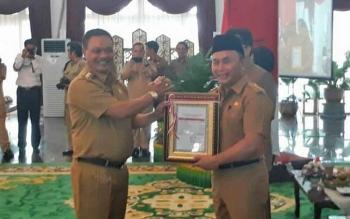 Tampak Bupati Lamandau, Marukan saat menerima DIPA dari Gubernur Kalteng, Sugianto Sabran, di Istana Isen Mulang, Senin (11/12/2017).