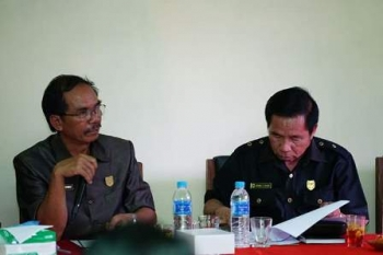 Ketua DPRD Kabupaten Gunung Mas (kiri) saat memimpin kegiatan dewan, beberapa waktu lalu.