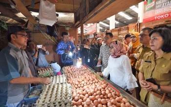 Kepala Disdagperin Kalteng Katma F Dirun (dua kanan) saat memantau harga kebutuhan pokok di Pasar Kahayan, Kota Palangka Raya, bersama jajaran Kemendag, Selasa (12/12/2017).
