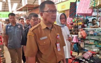 Kadisdagperin Kalteng Katma F Dirun saat memantau Pasar Kahayan.