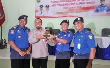 Kasubdit Sarana Prasarana dan Informasi Kebakaran Ditjen BAK Kemendagri Evan Nur Setya Hadi (dua kanan) menerima cinderamata dari Staf Ahli Wali Kota Palangka Raya Supriyanto, Selasa (12/12/2017).