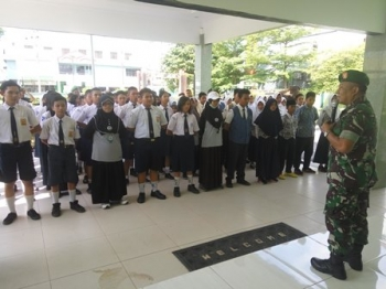 Plh Kasdim 1016/Pky Mayor Inf Wiyanto membekali puluhan pelajar tentang bela negara, Selasa (12/12/2017).\r\n