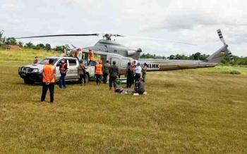 Empat orangutan dibawa naik helikopter untuk dilepasliarkan ke Hutan Lindung Bukit Batikap di Murung Raya, Selasa (13/12/2017)