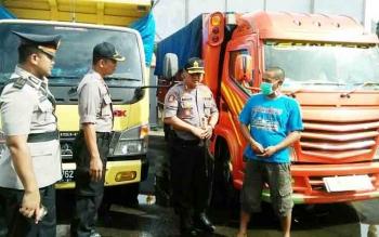 dokumentasi Borneonews, saat Perwira Polres kotim mengintrogasi salah seorang sopir pembawa zenith