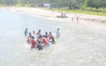 Masyarakat saat berkunjung di Pantai Anurgrah Desa Sungai Tabuk, Kecamatan Pantai Lunci.