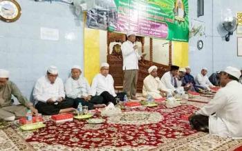 Sekda Barito Utara, Jainal Abiddin mewakili bupati dalam kegiatan peringatan Malulid Nabi Muhammad SAW di Masjid Al Amin Muara Teweh, Rabu (13/12/2017)