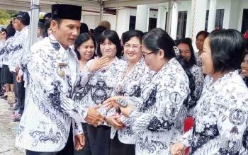 Bupati Gunung Mas, Arton S Dohong bersalaman dengan para guru