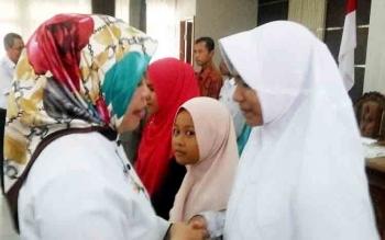 Bupati Kobar Nurhidayah serahkan penghargaan berupa uang pembinaan dan beasiswa bagi kafilah Kobar yang berprestasi dalam STQ XXI di Puruk Cahu