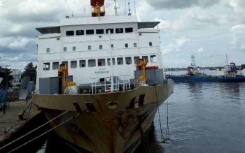 KM Kelimutu di Dermaga Habaring Hurung Sampit, usai bertabrakan dengan kapal bermuatan pupuk di perairan Sungai Menataya.