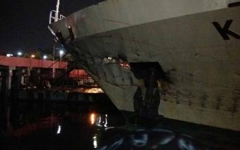 Kerusakan di bagian jangkar KM Kelimutu setelah bertabrakan dengan KM Maju 88 bermuatan 2.000 ton pupuk.