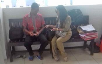 Muhammad Nur Saputra alias Putra (17) terdakwa kasus pencurian saat dibincangi petugas dinsos.