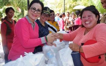 Pembagian paket sembako murah di Desa Kalumpang, Kecamatan Mantangai, Rabu (13/12/2017).