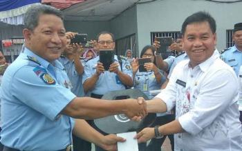 Kalapas Kelas IIB Sampit M Khaeron menerima secara simbolis bantuan satu unit mobil yang diserahkan Plt Sekda Kotim Halikinnor, Rabu (13/12/2017).