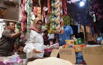 Dirjen PDN KEmendag RI, Tjahya saat mengecek harga sembako di Pasar Kahayan Selasa kemarin