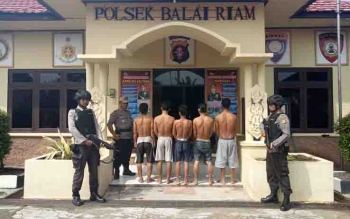 Lima tersangka pencurian sawit diamankan petugas Polsek Balai Riam.