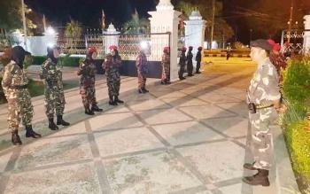 Banser NU dan Kokam Muhammadiyah, baik laki laki maupun perempuan nerjaha di pintu masuk rujab, ikut mengamankan jalannya peringatan Maulid Nabi.