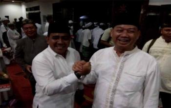Rektor IAIN Palangka Raya DR Ibnu Elmi AS Pelu bersalaman dengan Rusliansyah seusai mengikuti acara penringatan maulid Nabi Muhammad SAW di rumah jabatan Walikota Palangka Raya, Rabu (13/12/2017)