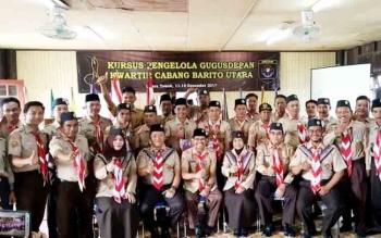 Kepala Dinas Pendidikan Barito Utara, Drs H Masdulhaq (depan tengah) foto bersama dengan para peserta kegiatan Kursus Gugus Depan (KGD), di Rumah Betang Muara Teweh