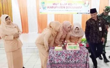 Pengurus DWP Sukamara saat meniup lilin kue ulangtahun dalam memeperingati HUT DWP ke 18.