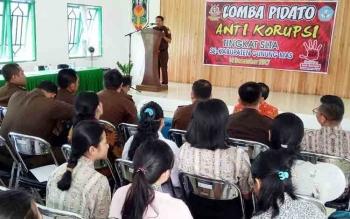 Kajari Gumas Koswara saat membuka lomba anti korupsi di aula Kejari Gumas, Kamis (14/12/2017).
