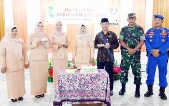 Pengurus DWP Sukamara dan Plt Seda Sukamara Sutrisno saat berfoto dalam memeperingati HUT DWP ke 18