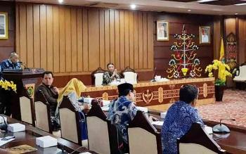 Pimpinan rombongan Komisi VIII DPR RI dan Wakil Gubernur Kalteng saling memberikan sambutan pembuka sebelum sesi diskusi dimulai di aula aula Eka Hapakat, Kamis (14/12/2017)