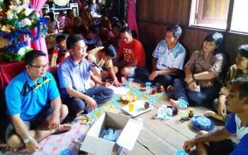 Anggota DPRD Kapuas Habibi saat berdialog dengan warga Desa Tarantang.